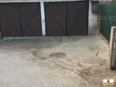 közművek a garázs előtt